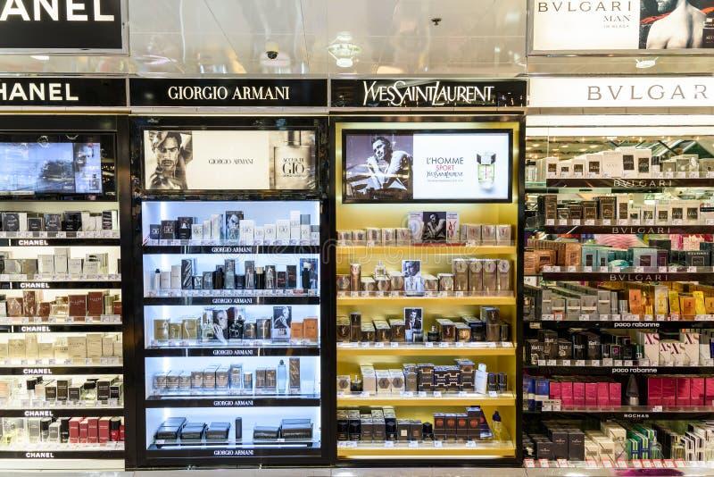 Bouteilles de parfum célèbres à vendre dans la boutique cosmétique images libres de droits