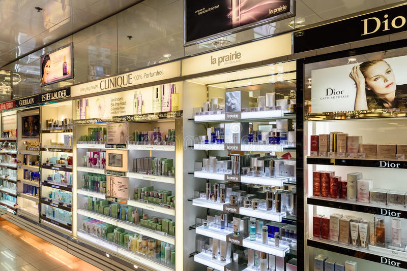 Bouteilles de parfum célèbres à vendre dans la boutique cosmétique photographie stock libre de droits