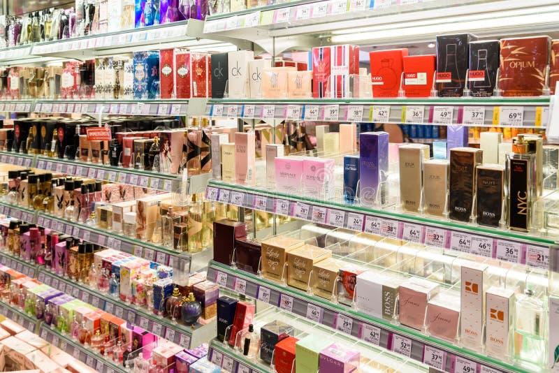 Bouteilles de parfum célèbres à vendre dans la boutique cosmétique photos stock