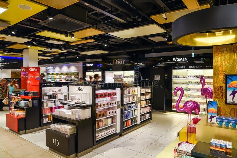 Bouteilles de parfum célèbres à vendre dans la boutique cosmétique photo libre de droits