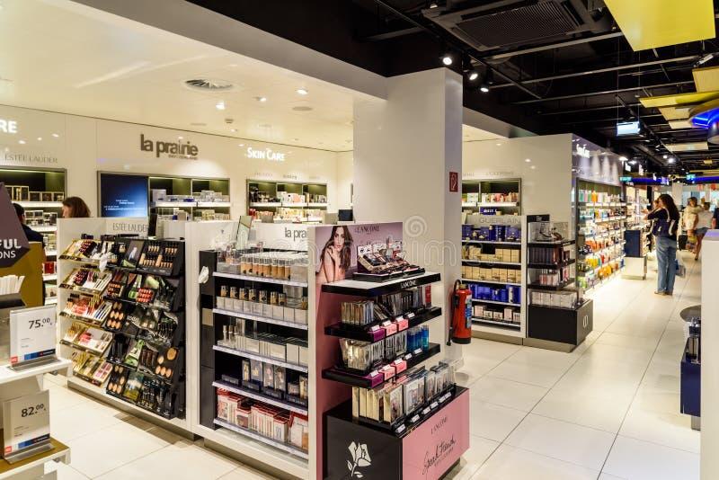 Bouteilles de parfum célèbres à vendre dans la boutique cosmétique photo stock
