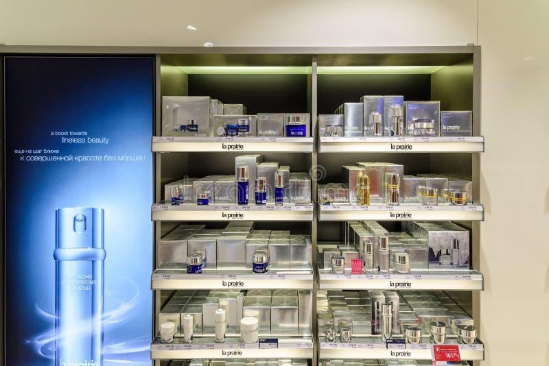 Bouteilles de parfum célèbres à vendre dans la boutique cosmétique photographie stock
