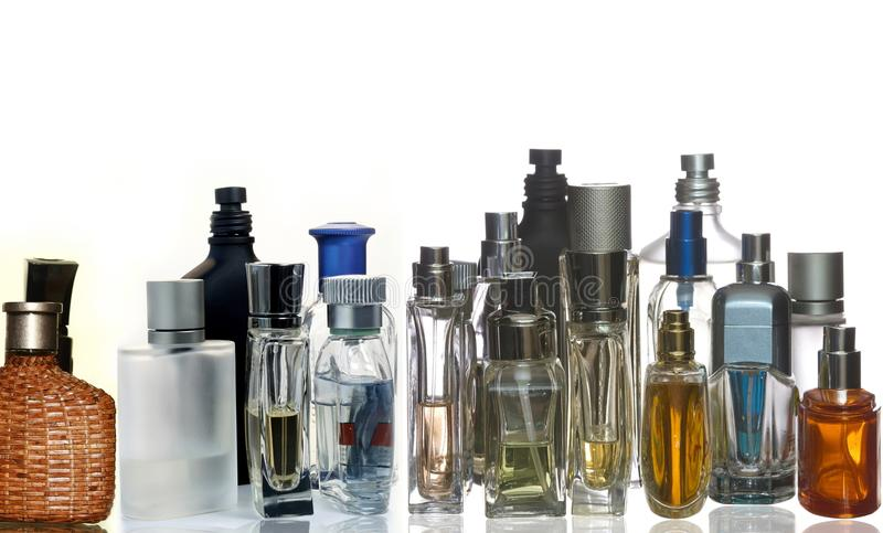 Bouteilles de parfum et de parfum avec la réflexion photo libre de droits