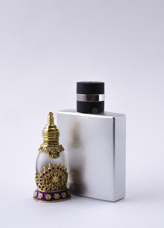 Bouteilles de parfum masculines et femelles photo stock