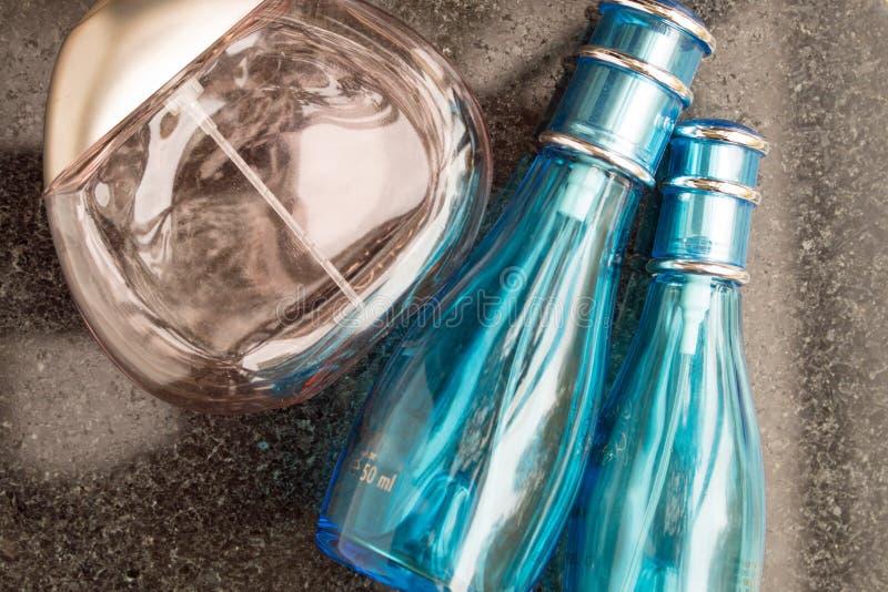Bouteilles de parfum sur le noir image libre de droits