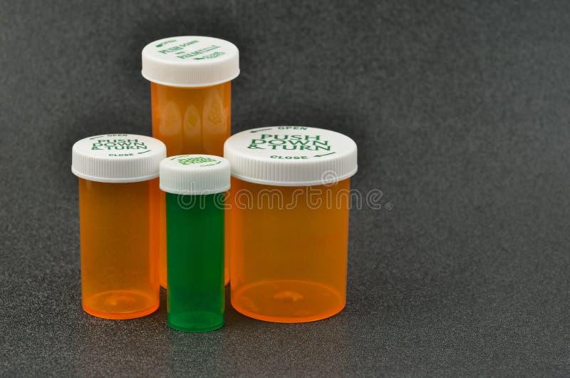 Bouteilles de prescription avec les capuchons sans danger pour les enfants photos stock