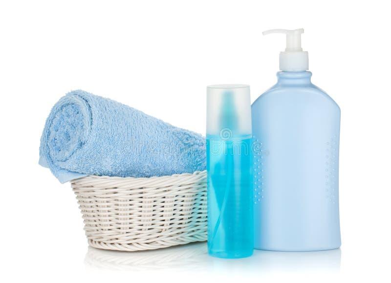Bouteilles de produits de beauté et essuie-main bleu photo stock