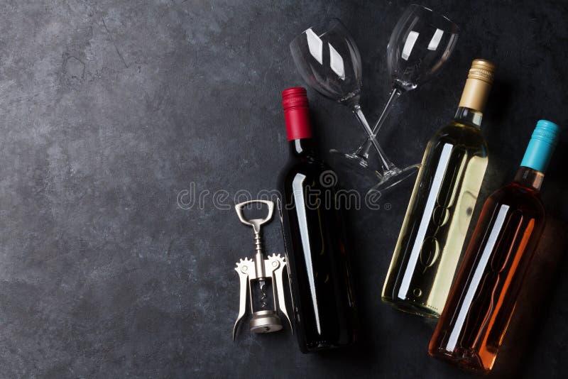 Bouteilles de rouge, de rose et de vin blanc image libre de droits