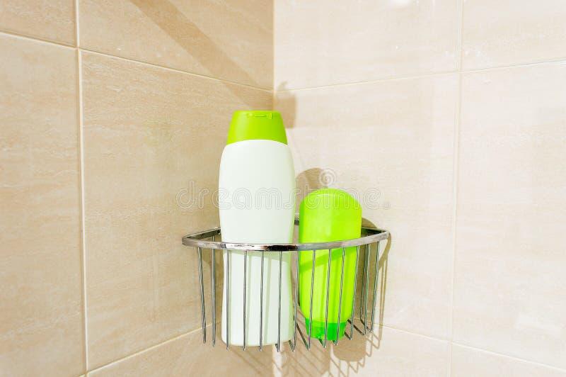 Bouteilles de shampooing et de gel photographie stock