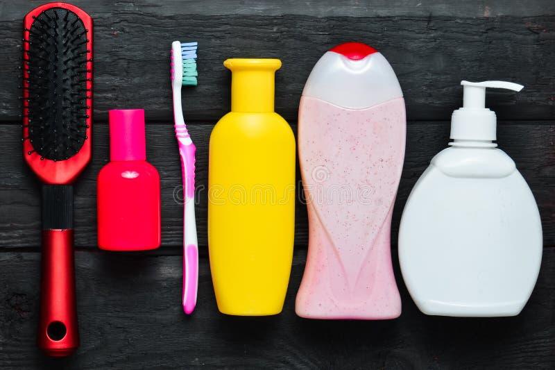 Bouteilles de shampooing, gel de douche, savon, parfum, brosse à dents, peigne Produits pour le soin de la beauté et de l'hygiène images stock