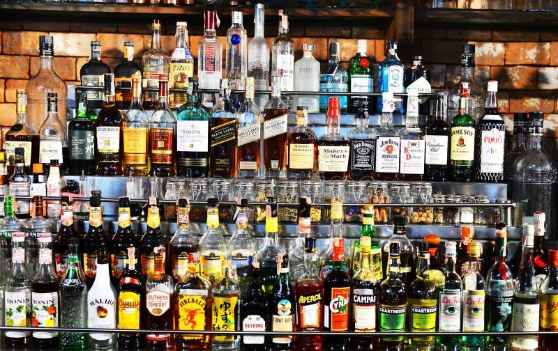 Bouteilles de spiritueux et boisson alcoolisée au bar image libre de droits