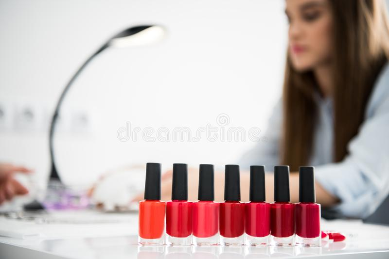Bouteilles de vernis à ongles avec des nuances du rouge images libres de droits
