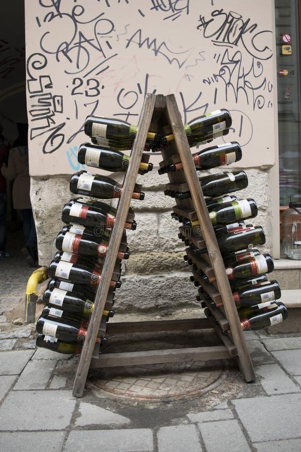 Bouteilles de vin comme décoration photos stock