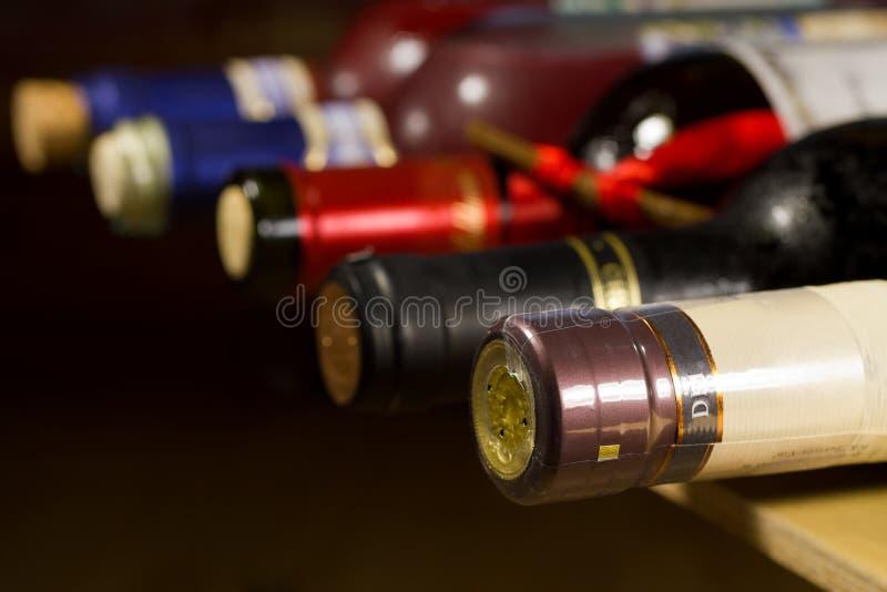 Bouteilles de vin dans la cave. image stock