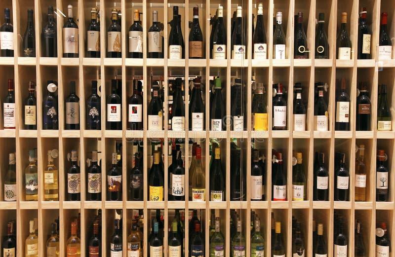 Bouteilles de vin dans le magasin de vin photos libres de droits