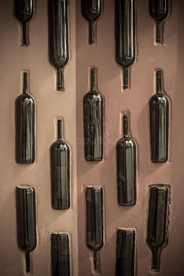 Bouteilles de vin dans le mur photographie stock libre de droits