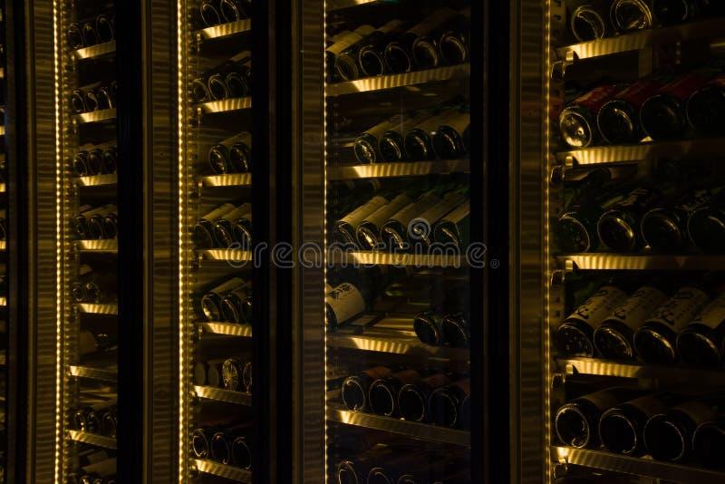 Bouteilles de vin dans une cantine image stock
