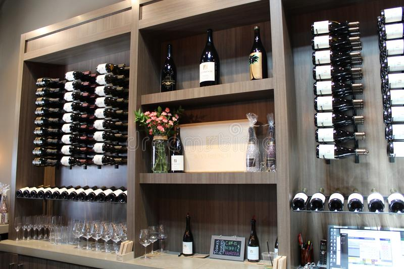 Bouteilles de vin et décor images libres de droits