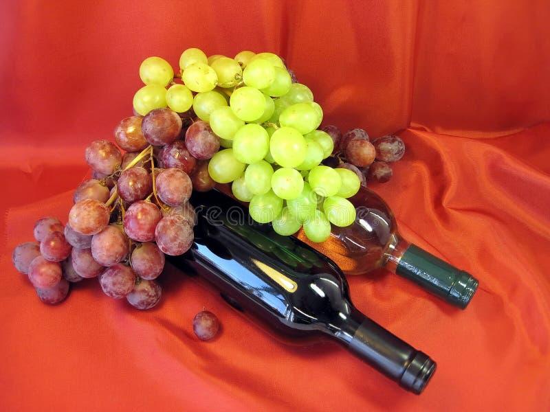 Bouteilles de vin et de raisin photos stock