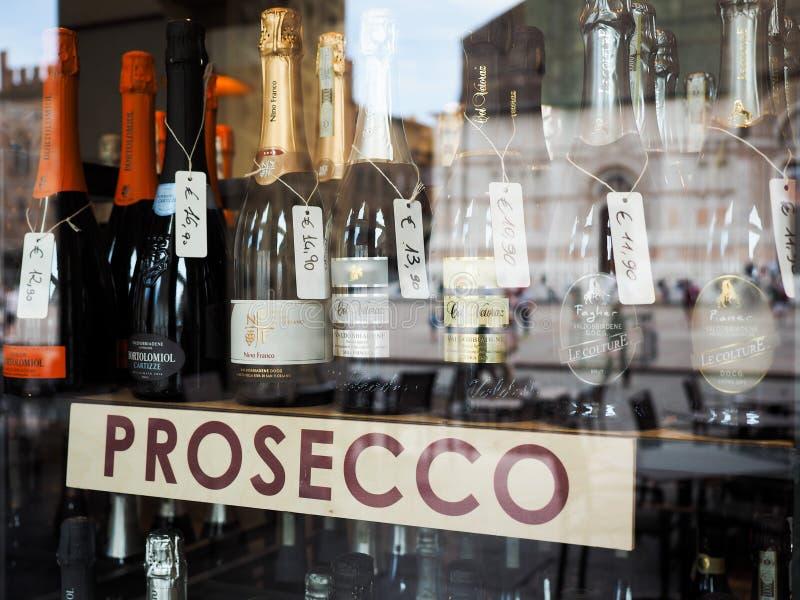 Bouteilles de vin italiennes de prosecco à Bologna images libres de droits