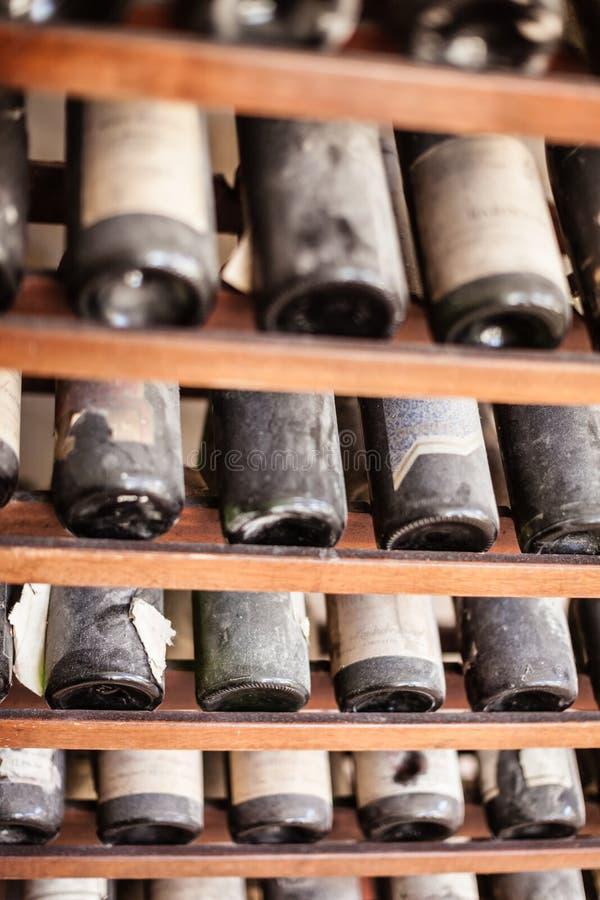 Bouteilles de vin poussiéreuses photos stock