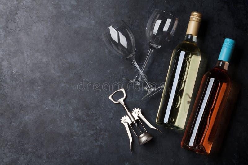Bouteilles de vin rose et blanc image libre de droits