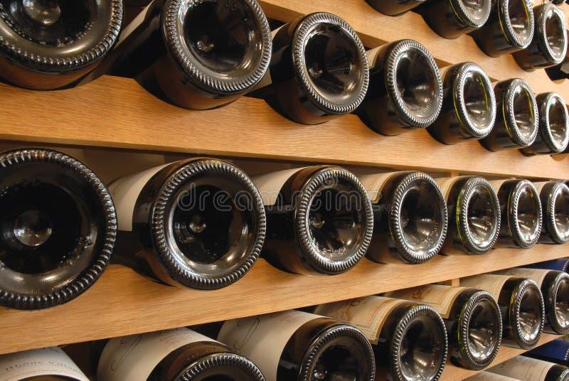Bouteilles de vin stockées dans une cave photographie stock libre de droits