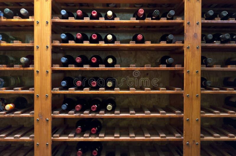 Bouteilles de vin sur l'étagère image stock