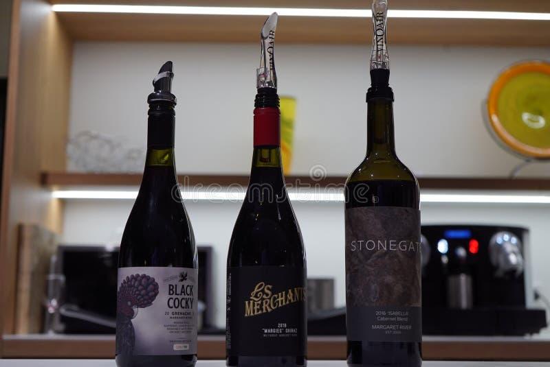 3 bouteilles de vin sur l'affichage images stock
