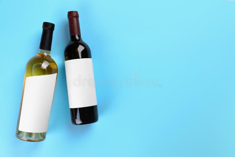 Bouteilles de vin sur le fond coloré, configuration plate images stock