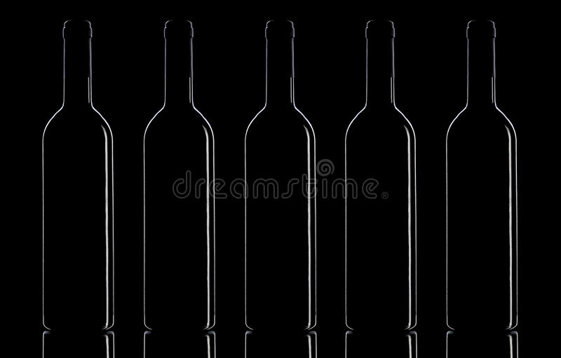 Bouteilles de vin sur un fond noir photographie stock
