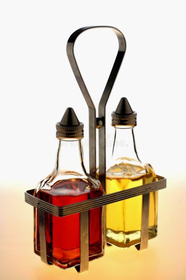 Bouteilles de vinaigrette dans l'armoire en métal images libres de droits