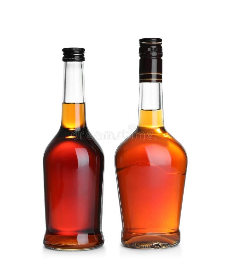 Bouteilles de whisky écossais sur le blanc images libres de droits