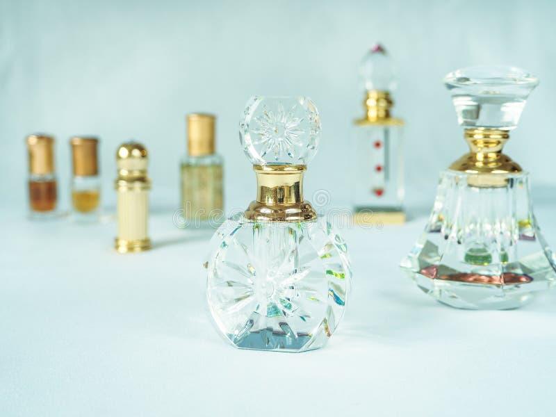 Bouteilles, différentes formes de parfum arabe image stock