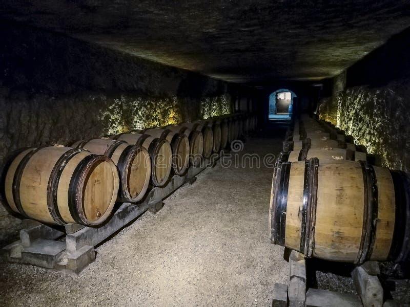Bouteilles empilées dans une cave française photo libre de droits