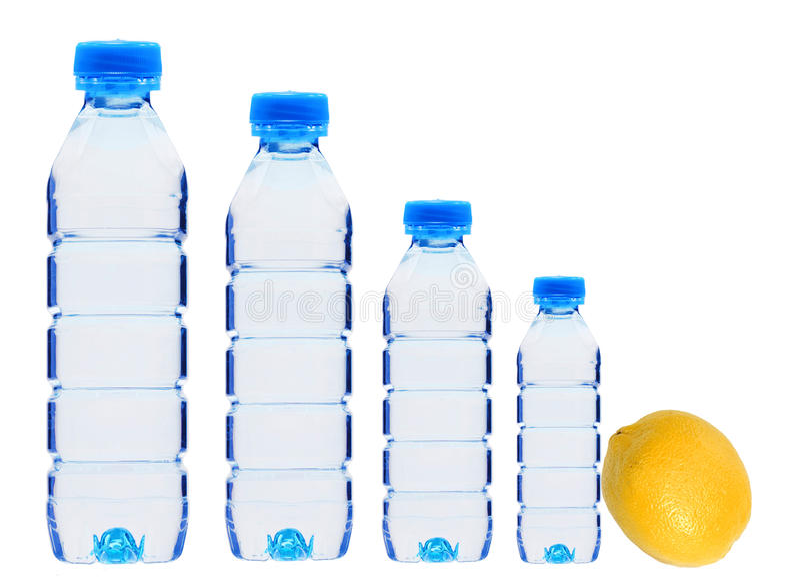 Bouteilles en plastique avec le fruit de l'eau et de citron d'isolement sur le blanc image libre de droits