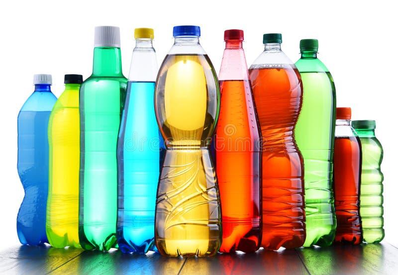 Bouteilles en plastique de boissons non alcoolisées carbonatées assorties photo stock