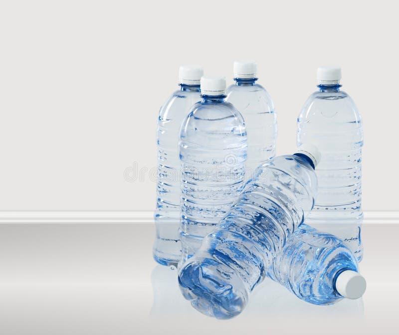 Bouteilles en plastique de l'eau d'isolement sur le fond photographie stock libre de droits