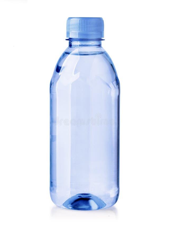 Bouteilles en plastique de l'eau d'isolement sur le fond blanc images libres de droits