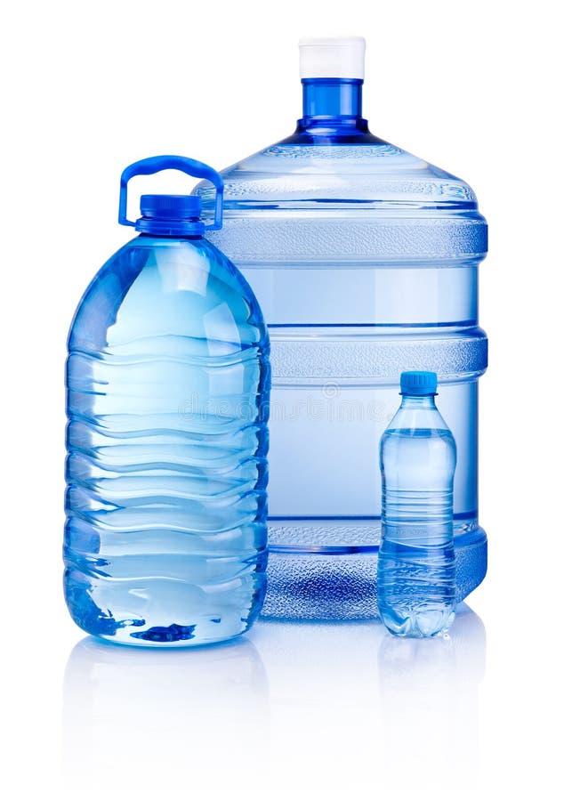Bouteilles en plastique de l'eau de boissons d'isolement sur le fond blanc photographie stock