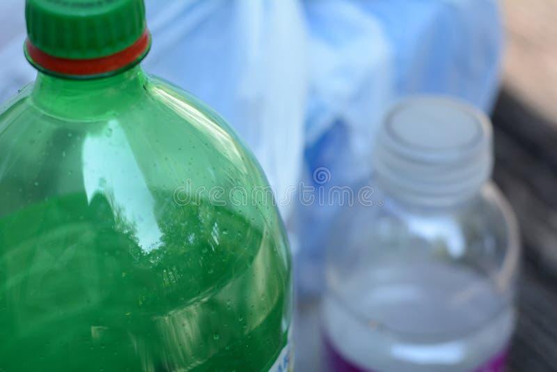Bouteilles en plastique prêtes pour la réutilisation image libre de droits