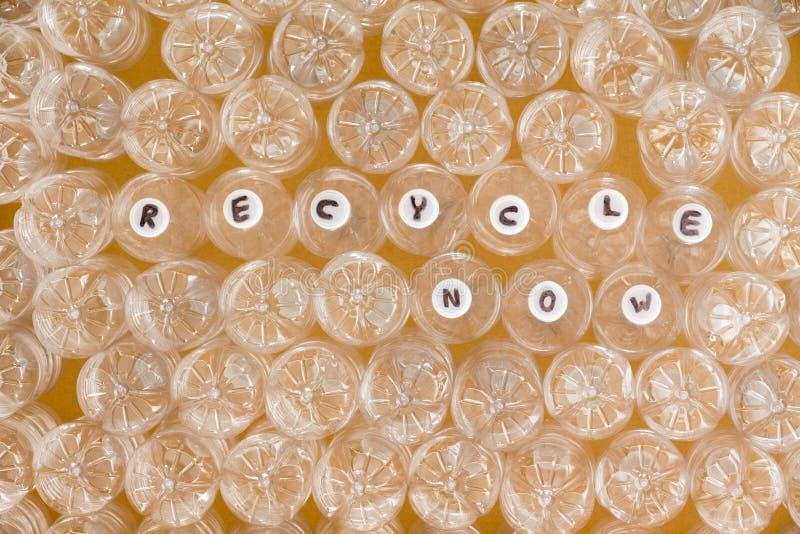 Bouteilles en plastique propres multiples prêtes à réutiliser image stock