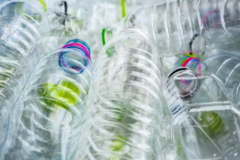 Bouteilles en plastique r?utilisant le concept de fond photographie stock libre de droits
