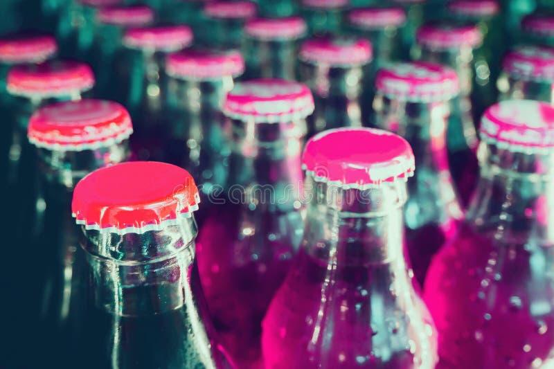 Bouteilles en verre avec des boissons non alcoolisées photos stock