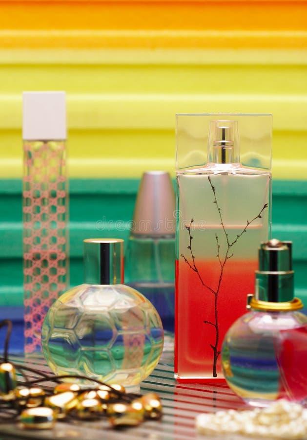Bouteilles en verre avec la parfumerie. image libre de droits