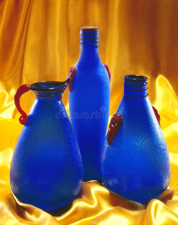 Bouteilles en verre bleues photo libre de droits
