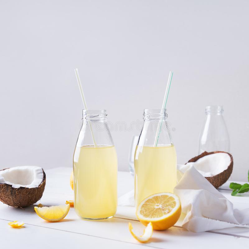 Bouteilles en verre de cocktail d'été photographie stock