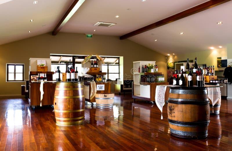 Bouteilles et barils de vin photo stock