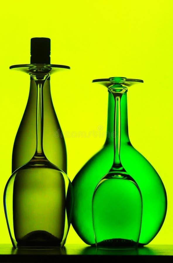 Bouteilles et glaces de vin image stock