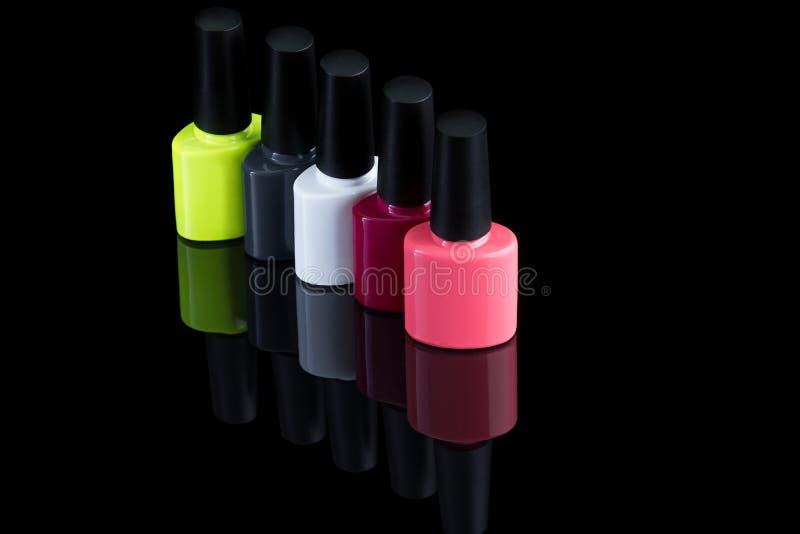 Bouteilles multicolores de vernis à ongles photographie stock